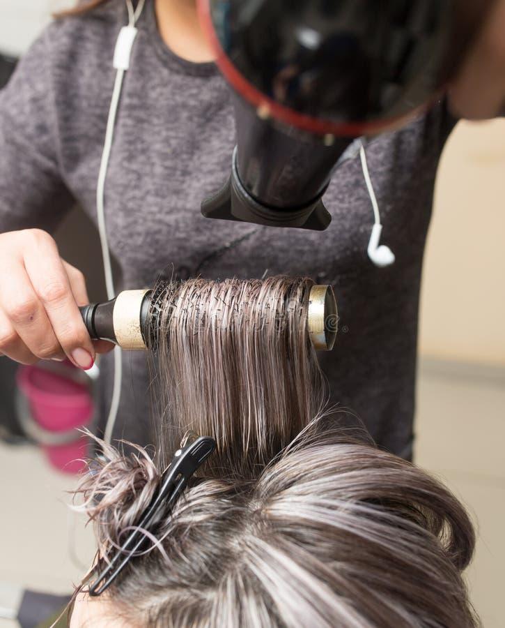 Utforma den kvinnliga hårtorken i skönhetsalongen fotografering för bildbyråer