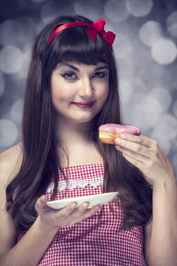 Utforma flickan med tårtan   fotografering för bildbyråer
