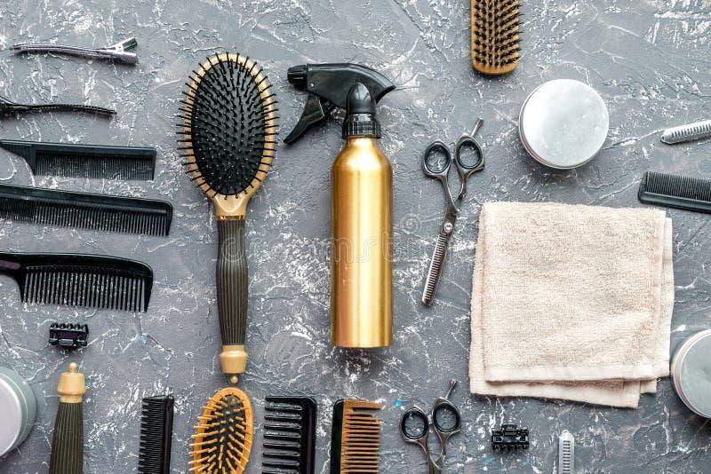 Utforma hår med hjälpmedel i frisersalong på bästa sikt för grå bakgrund royaltyfri foto