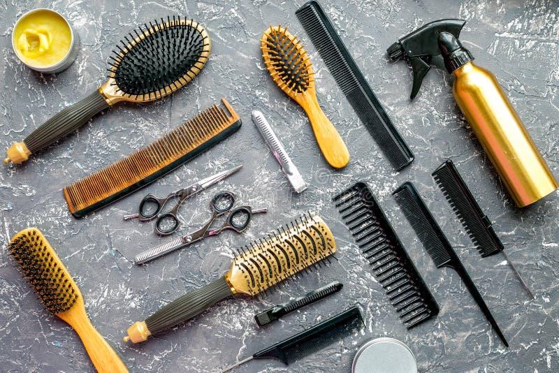 Utforma hår med hjälpmedel i frisersalong på bästa sikt för grå bakgrund royaltyfri bild