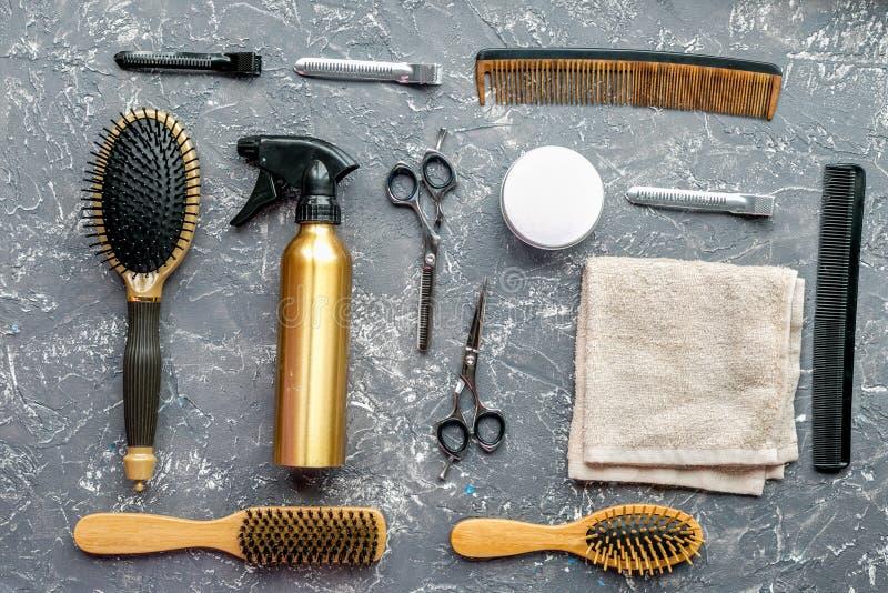 Utforma hår med hjälpmedel i frisersalong på bästa sikt för grå bakgrund royaltyfria bilder