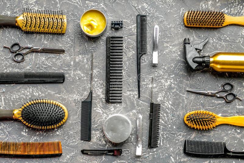 Utforma hår med hjälpmedel i frisersalong på bästa sikt för grå bakgrund arkivfoton