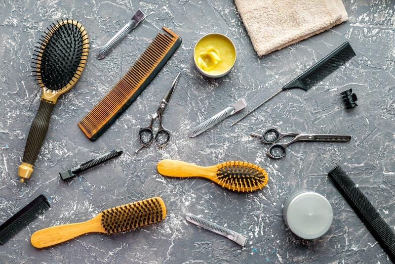 Utforma hår med hjälpmedel i frisersalong på bästa sikt för grå bakgrund royaltyfri fotografi