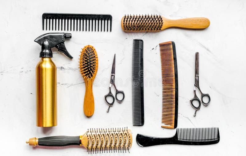 Utforma hår med hjälpmedel i frisersalong på bästa sikt för vit bakgrund arkivfoton