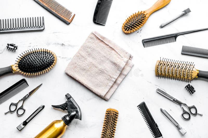 Utforma hår med hjälpmedel i frisersalong på bästa sikt för vit bakgrund royaltyfria bilder
