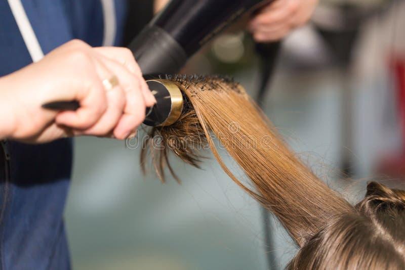 Utforma hårtorken i en skönhetsalong arkivbilder