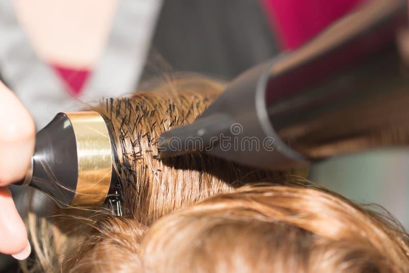 Utforma hårtorken i en skönhetsalong royaltyfria foton