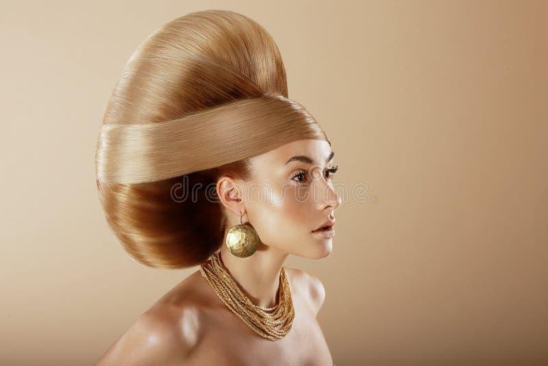 utforma Profil av den glamorösa kvinnan med den guld- frisyren arkivfoton