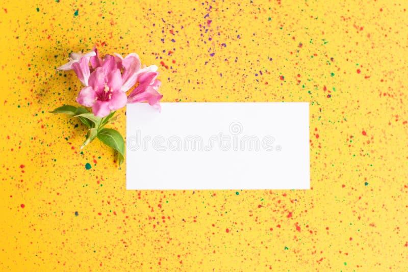 Utformad kvinnlig lägenhet som är lekmanna- på sjaskig chic pastellfärgad gul bakgrund, bästa sikt Minsta kvinnas skrivbord med å royaltyfri bild