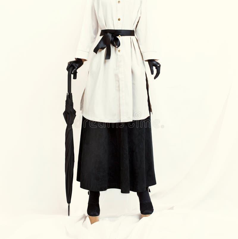 Utformad modeflicka Charlie Chaplin stil arkivbilder