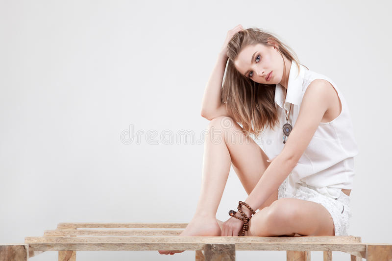 Utformad modeflicka på grå bakgrund fotografering för bildbyråer