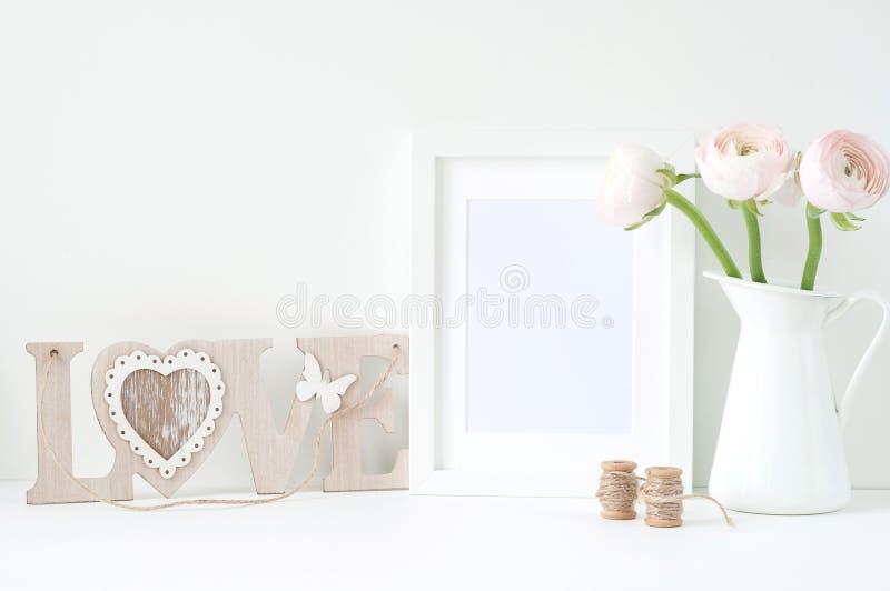 Utformad modell med den vita ramen och rosa ranunculos royaltyfri foto