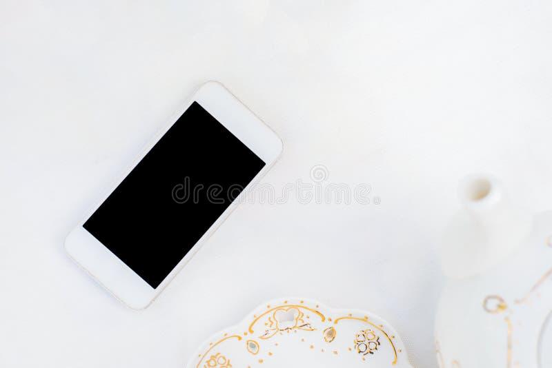 Utformad vit skrivbords- modern telefon royaltyfri fotografi