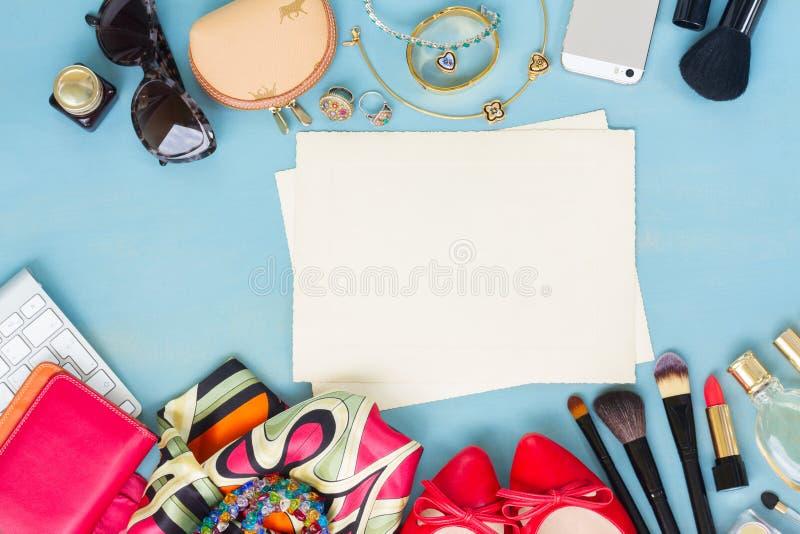 Utformat kvinnligt skrivbord royaltyfri fotografi
