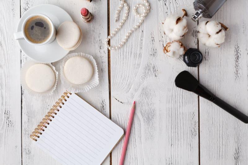 Utformat kvinnligt skrivbord - kvinnamodeobjekt på blå bakgrund fotografering för bildbyråer