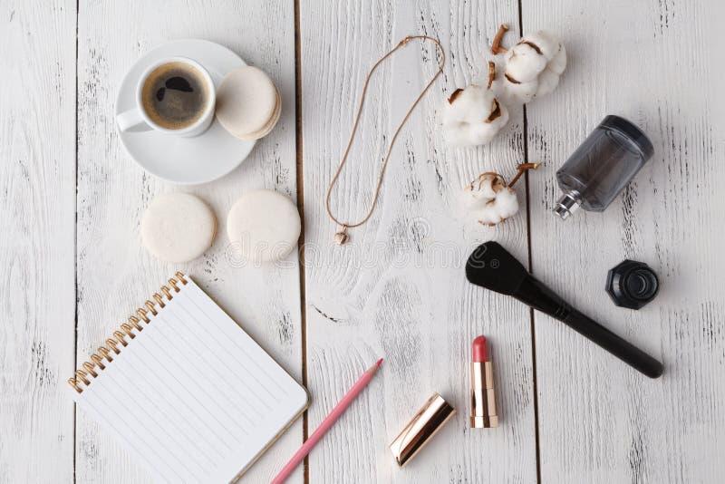 Utformat kvinnligt skrivbord - kvinnamodeobjekt på blå bakgrund royaltyfri bild