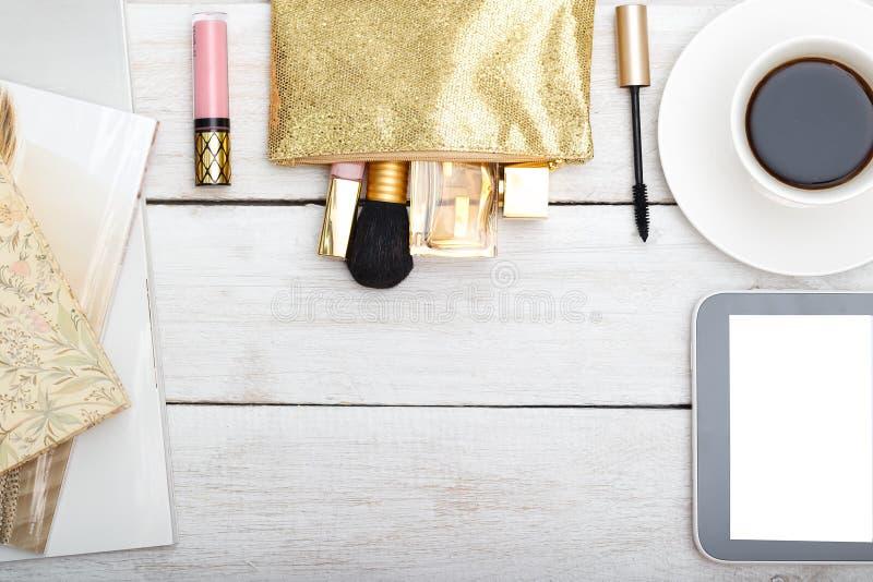 Utformat kvinnligt skrivbord - lekmanna- kvinnamodelägenhet royaltyfri foto