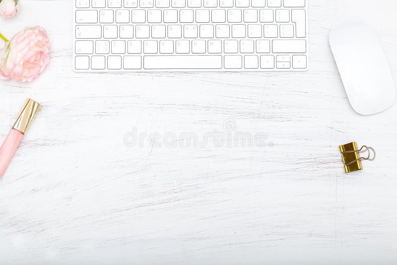 Utformat kvinnligt skrivbord - lekmanna- kvinnamodelägenhet royaltyfria bilder