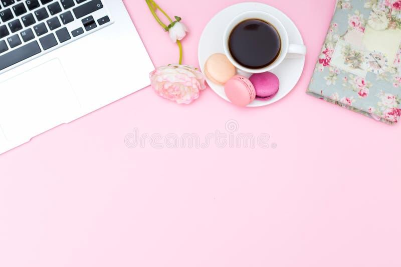 Utformat kvinnligt skrivbord Lekmanna- lägenhet fotografering för bildbyråer
