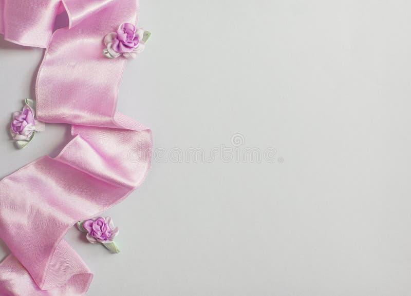 Utformat materielfoto Kvinnlig gifta sig skrivbords- modell med brudsl?jaGypsophilablommor, torra gr?na eukalyptussidor, sat?ng arkivbilder
