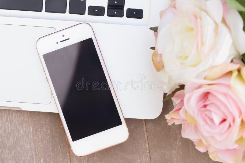 Utformat skrivbord med den moderna telefonen royaltyfri foto
