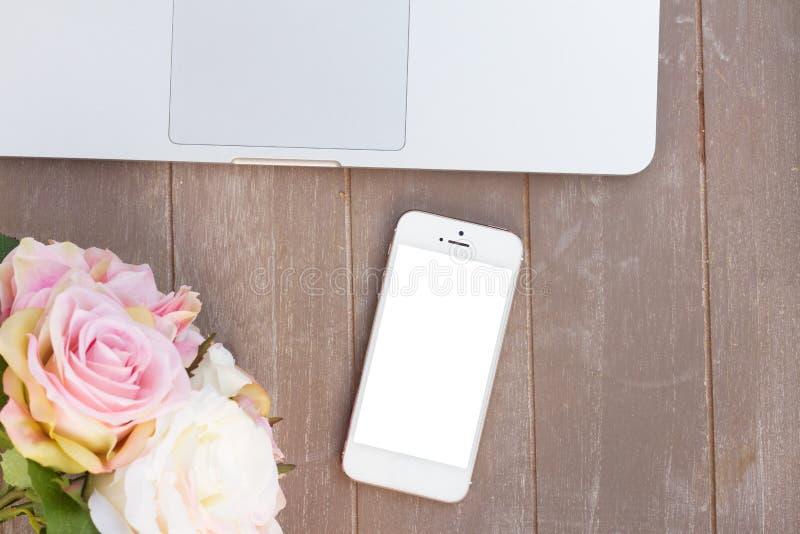 Utformat skrivbord med den moderna telefonen arkivfoto
