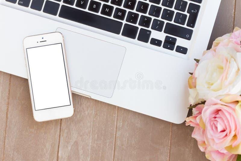 Utformat skrivbord med den moderna telefonen arkivbilder