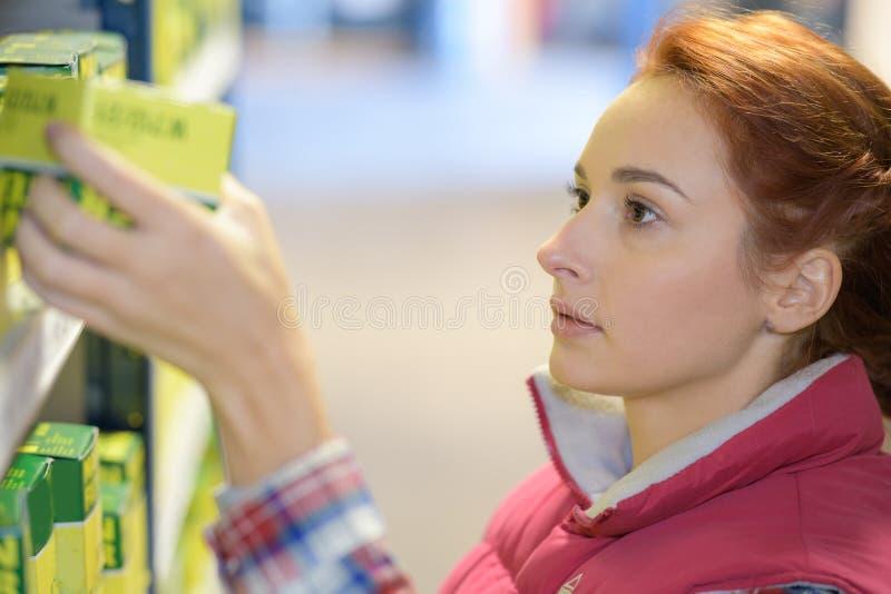 Utfyllnadsgods för lagerhylla som kontrollerar produkten royaltyfria foton