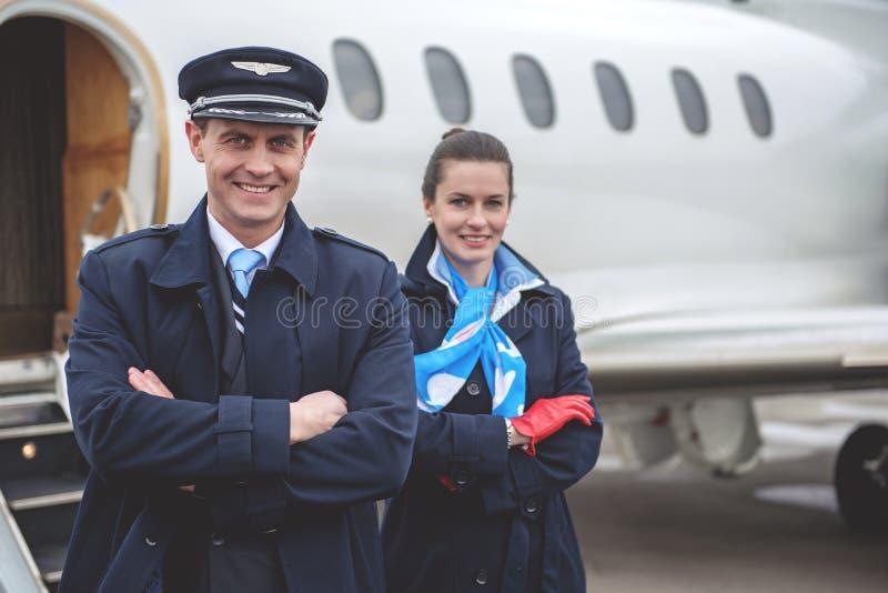 Utgående arbetare som står near flygplan arkivbilder