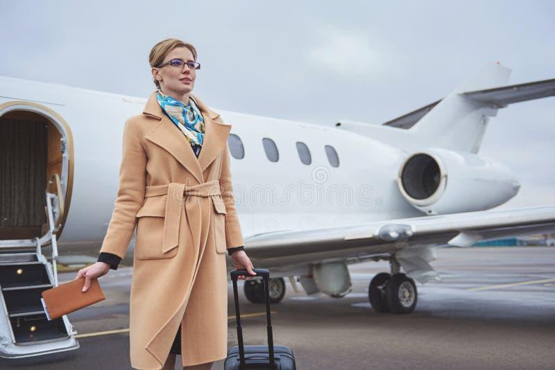 Utgående dam som placerar mitt emot flygplan royaltyfria bilder