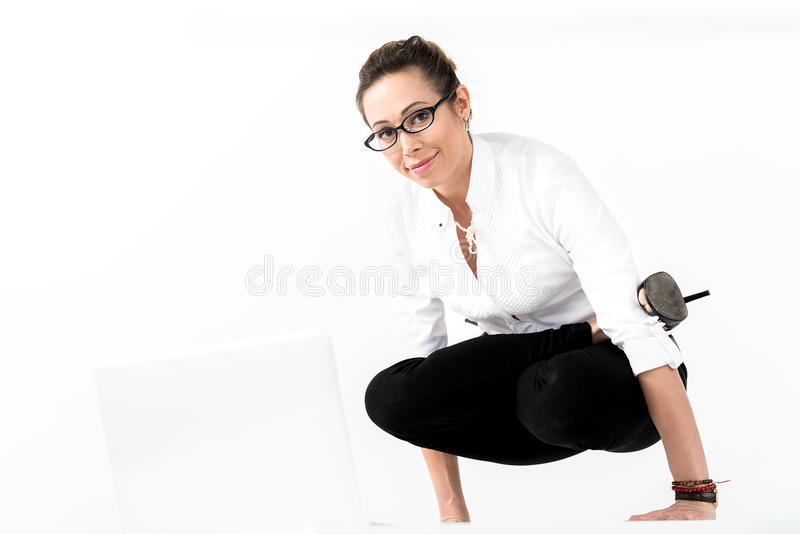 Utgående kvinnlig görande yogagymnastik arkivbild