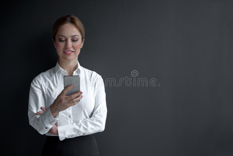 Utgående kvinnligt överförande meddelande i mobil arkivfoton