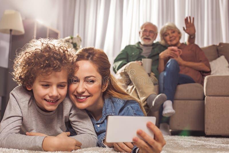 Utgående mamma och barn som skapar bilden royaltyfria bilder