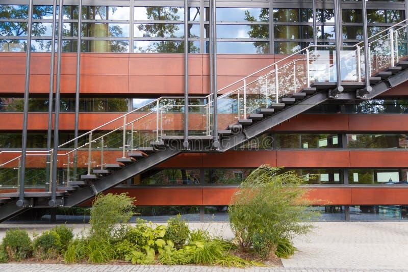 Utgång för trappuppgång för brandflykt nöd- på bakgrunden av den moderna byggnadsfasaden royaltyfria foton