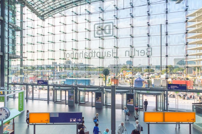 Utgångsdörrar i Berlin Central Station Hauptbahnhof i Berlin Den huvudsakliga järnvägsstationen i stad och den största korsningen arkivfoto