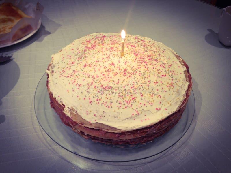 Utgångspunkt gjord födelsedagcake royaltyfri bild
