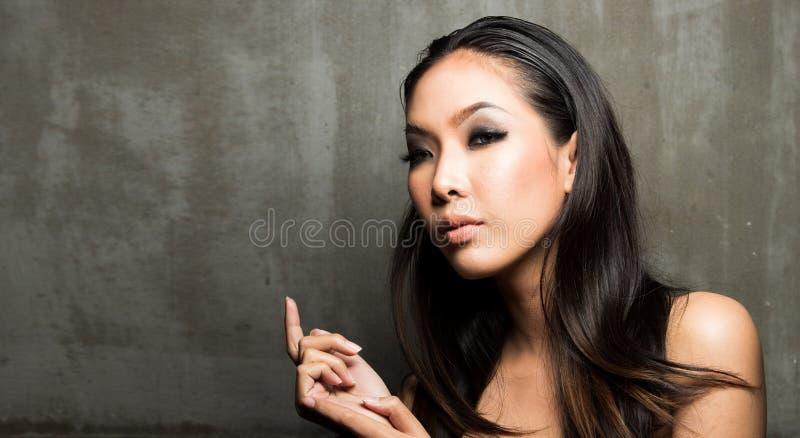 Utgör den öppna skuldran för kvinnan, mode våt blick royaltyfria foton