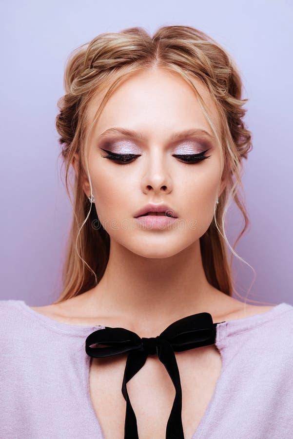 Utgör den gulliga modemodellen för skönhet med mode fotografering för bildbyråer