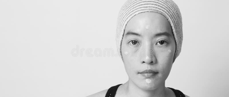 Utgör den härliga framsidan för den asiatiska kvinnan vid fundamentflytande royaltyfri fotografi