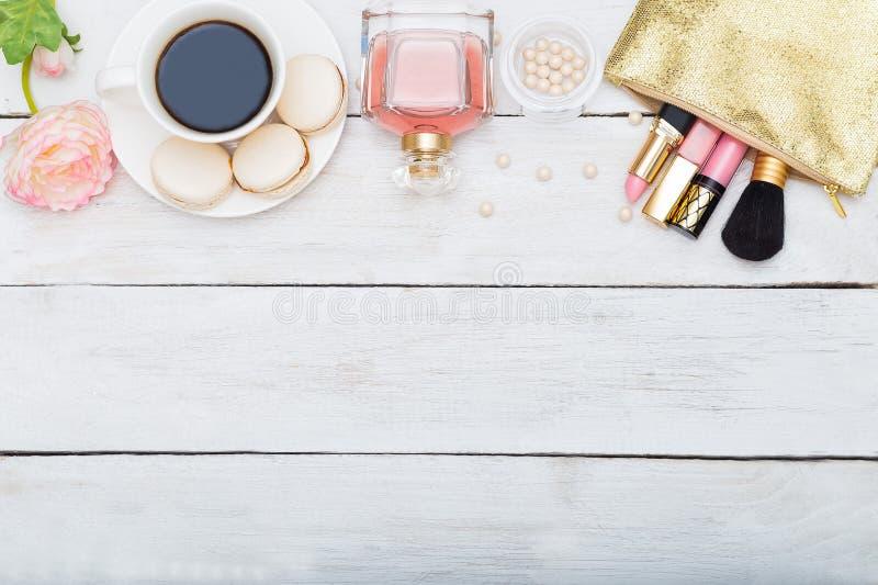 Utgör produkter, doft på en vit träbakgrund arkivbilder