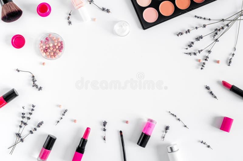 Utgör uppsättningen med den dekorativa modellen för den bästa sikten för bakgrund för skönhetsmedelkvinnaskrivbordet royaltyfri bild