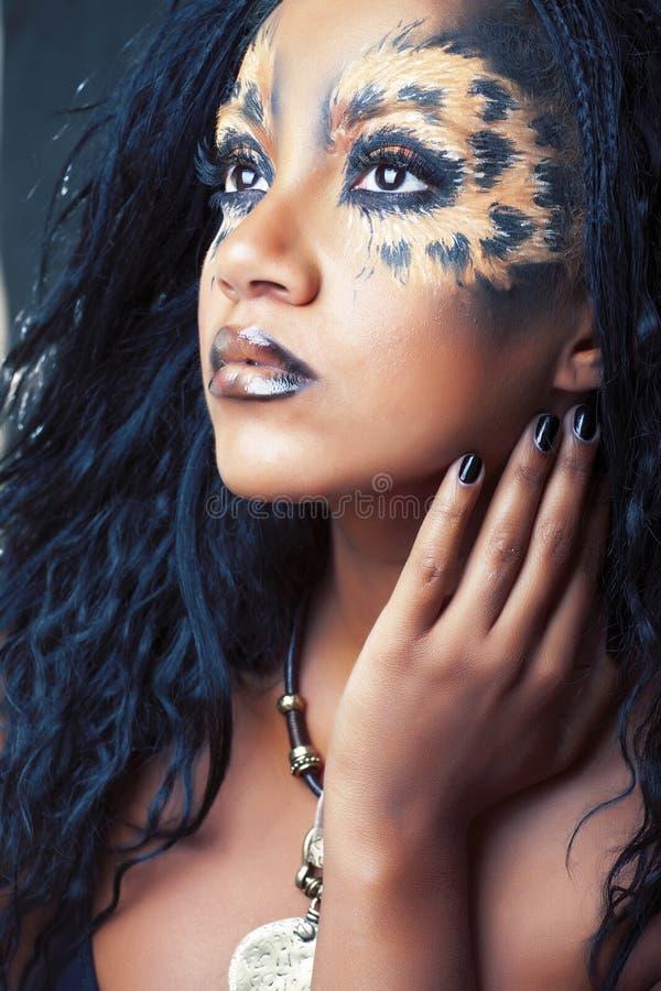 Utg?r den afro flickan f?r sk?nhet med katten, den id?rika leopardtryckcloseupen, den modestilhalloween blicken royaltyfria foton