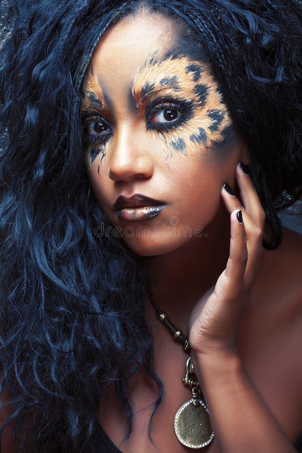 Utg?r den afro flickan f?r sk?nhet med katten, den id?rika leopardtryckcloseupen, den modestilhalloween blicken royaltyfri foto