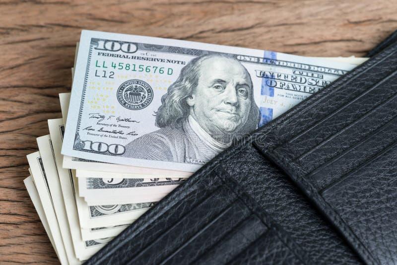 Utgifter-, betalning- eller bonusbegrepp med högen av US dollarbanknoen arkivfoton