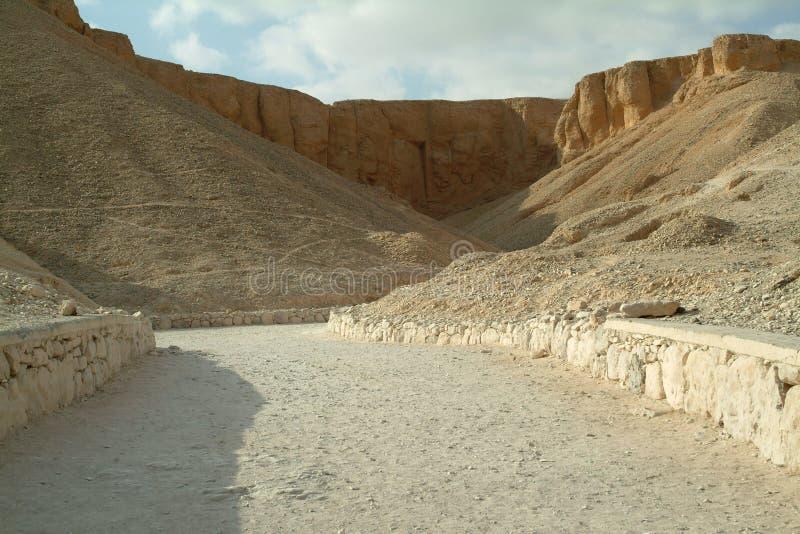Utgrävningar av forntida gravvalv i de orange sandkullarna utan folk, Luxor, Thebes, UNESCOvärldsarv, Egypten royaltyfri foto