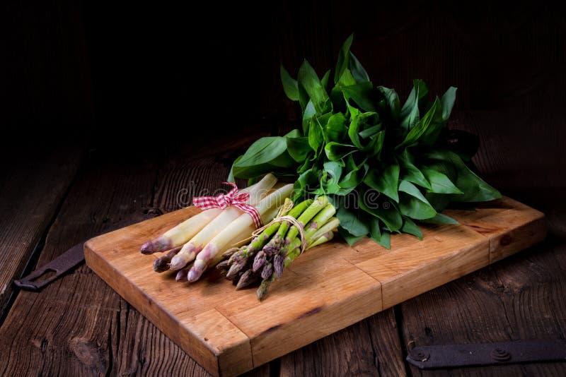 Uthärda vitlök för ` s med vit och göra grön sparris royaltyfri foto