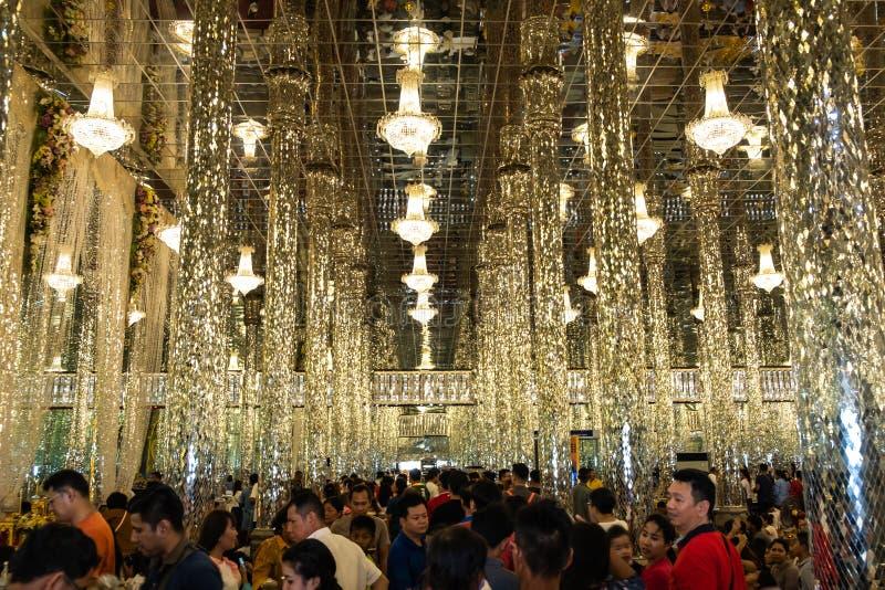 Uthai Thani, Tailandia - 12 de enero de 2019: La vista templo de Wat Chantharam o de cristal de los espejos de Wat Tha Sung o, aq imagen de archivo libre de regalías