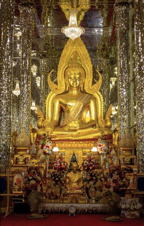 Uthai Thani Tailandia - 19 de junio de 2019 estatua de oro de Buda en el vidrio de catedral Wat Tha-cantado el mejor de Buda en U fotos de archivo libres de regalías
