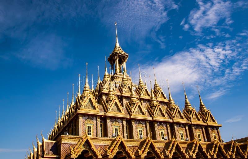 Uthaithani, 18 December, 2018: Gouden tempel met mooie blauwe tha-Gezongen hemelachtergrond in platteland in Wat stock foto