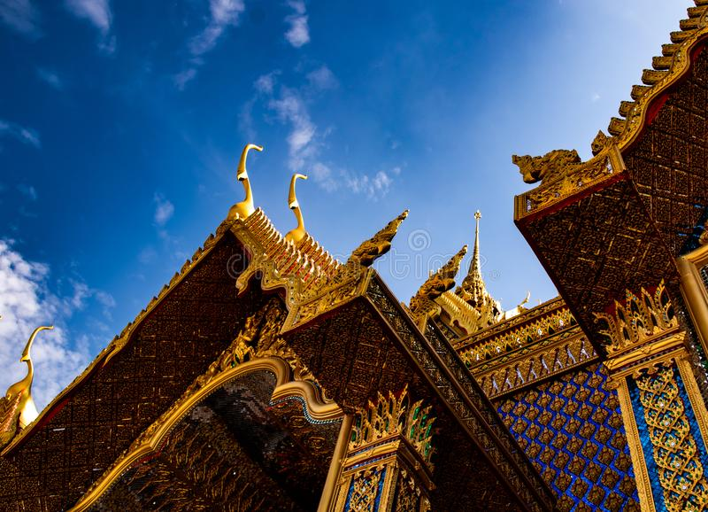 Uthaithani, 18 Grudzień, 2018: piękna złota świątynia z pięknym niebieskim niebem przy Watem Śpiewającym, Tajlandia zdjęcie royalty free